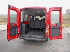 Ford - Základní obrovský nákladový prostor byl mírně omezen příplatkovým systémem klimatizace a vytápění namontovaným vlevo u zadních dveří