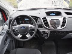 Ford - Palubní deska sdobře čitelným přístrojovým štítem ukrývá vhorní části praktické odkládací schránky