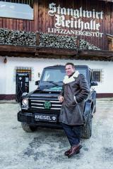 Arnold Schwarzenegger představil vesvětové premiéře elektromobil Kreisel G-Klasse vrakouském Kűtzbuhelu pod svahem Hahnenkamm.