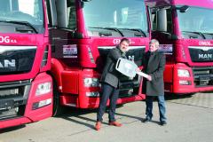 Vozidla přebíral jednatel společnosti CEMLOG pan Ing.Arnošt Burian (vpravo) odvedoucího prodeje Morava pana Vojtěcha Duby, MBA.