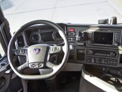 Přehledná a praktická palubní deska, do ruky velmi dobře padnoucí volant a výborný výhled zvozidla. To ocení každý řidič