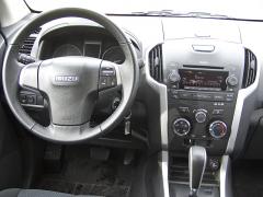 isuzu - Pracoviště řidiče se středovým panelem je přehledné, bez nějakých asijských prvků