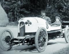 """Nazákladě návrhu hraběte Kolowrata jeho přítel Ferdinand Porsche sinženýrem Karlem Bettaque během šesti měsíců vyvinul adělníci společnosti Austro-Daimler zhotovili lehký sportovní vůz """"Sascha"""" se čtyřválcovým motorem chlazeným kapalinou."""