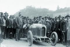 """Hrabě Alexander Kolowrat (stojící) a """"jeho"""" lehký sportovní vůz Austro-Daimler """"Sascha"""", který měl být úspěšnou reakcí na dílo Ettore Bugattiho."""