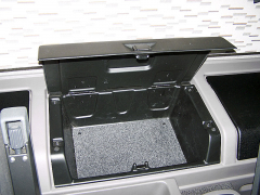 Prodloužená kabina Sleeper Cab nabízí za sedadly rozměrné odkládací schránky
