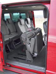 ford-Ačkoliv posuvné dveře jsou na obou bocích, pohodlný přístup do třetí řady je pouze zprava