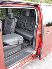 peugeot-Posuvné dveře na obou stranách vozidla umožňují výborný přístup ke třetí řadě sedadel