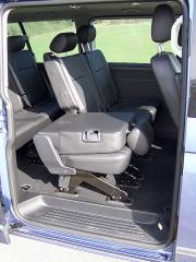 vw-Ke druhé a třetí řadě sedadel je přístup posuvnými dveřmi na obou bocích vozidla