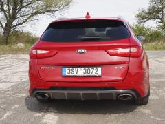 kia-Horní zadní spoiler a dva mohutné (funkční)výfuky avizují sportovní ambice vozidla