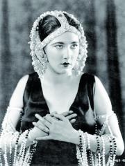 Další zkrásných hereček, které se objevily vKolowratových filmech – Nita Naldi.
