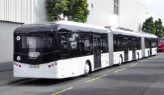 Autobus má pět náprav a pět dveří