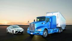 Co má společného osobní vůz Toyota Mirai azkušební tahače Kenworth T660 Fuel Cell H2? No přeci systém vodíkového pohonu. Vtahači je pouze oproti osobnímu vozu zdvojen.