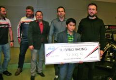 Finanční výtěžek zdražby týmových předmětů šel na konto dětského domova Dagmar.