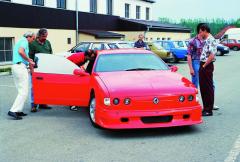 První prohlídka speciálu Ecorra Sport V8 ze strany jezdce Dr.Vladimíra Dolejše. Bylo třeba pro něj připravit sedačku anastavit pedály, ale svozem se svezl až při samotném pokusu orekord.