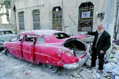 Mohammed Mohiedin Anis vedle svého autoveterána ve válkou drsně poznamenanémAleppu.