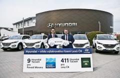 Prezident Hyundai MCZ Byung Kwon Sir slavnostně předává vedoucímu kanceláře Lesů ČR Janu Šmaterovi prvních 9 SUV Tucson