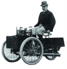 Hrabě Albert de Dion byl nazačátku automobilismu jedním znejvětších exponentů. Založil první automobilku nasvětě, vyvinul svůj vlastní spalovací motor, závodil, založil Automobilový klub Francie asamozřejmě byl také utoho, když se rozhodovalo oobsazení závodu Peking-Paříž vroce 1907. Ostatně jako jediný ze všech obsadil závod dvěma svými automobily.