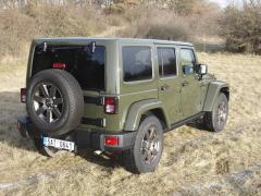 jeep-Plnohodnotná rezerva na zádi Wrangleru je upevněna na mohutných držácích