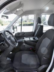 """vw-Pracoviště řidiče je opravdu prostorné, za příplatek bylo dodáno sedadlo řidiče """"Komfort"""" a dvoulavice pro spolujezdce"""