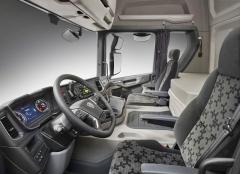 Vyšší tunel motoru nic neubírá na skvělé ergonomii pracoviště řidiče