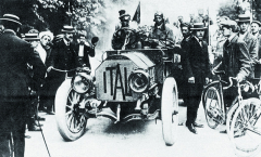 Italský vůz knížete Borghese byl jednoznačně černým koněm závodu.