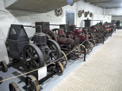 Část expozice stabilních motorů pro pohon zemědělských strojů. Všechny samozřejmě pocházejí z dílen v Čechách a na Moravě