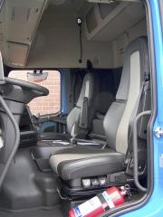 Všestranně nastavitelné a pneumaticky odpružené sedadlo řidiče oceníte zvláště na delší trase