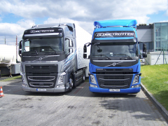 "Vlevo Volvo FH 460, vpravo ""menší"" model Volvo FM 450"