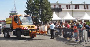 Zástupce firmy Croy, Ing. Milan Kužel, představuje vozidlo Unimog U 218