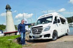 Róbert Šubík slávnostne vo svetovej premiére krstí nový obojživelný minibus pre dvanásť cestujúcich (vrátane vodiča) Enjoy Akva.