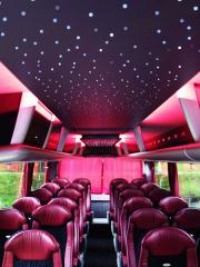 Dodatečně dostaly třínápravové autobusy vMAN Bus Modification Center (BMC) dovýbavy USB zásuvky pod každým dvojsedadlem, hvězdnou oblohu schopnou měnit barvy jako náladové stropní osvětlení.