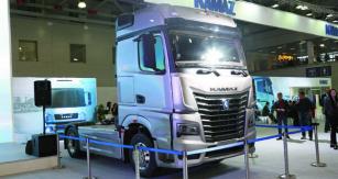 Kpohonu nového silničního tahače budou sloužit vlastní šestiválcové řadové motory smaximálním výkonem od380 k do505 k.