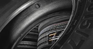 Snímač pneumatik ContiPressureCheck nainstalovaný přímo v pneumatice neustále monitoruje tlak a teplotu v pneumatikách