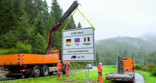 Odpoloviny letošního roku budou nákladní vozy platit vNěmecku napodstatně hustější síti dálničních asilničních komunikací – ale aby to nebylo řidičům osobních automobilů líto, tak ti začnou platit nadálnicích vNěmecku od1. 1. 2019.