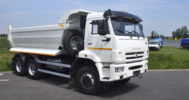Jednostranný sklápěč KAMAZ 65111 6X6 je určen do těžkého stavebního provozu