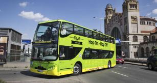 Vyhlídkový autobus Volvo před pražským hlavním nádražím