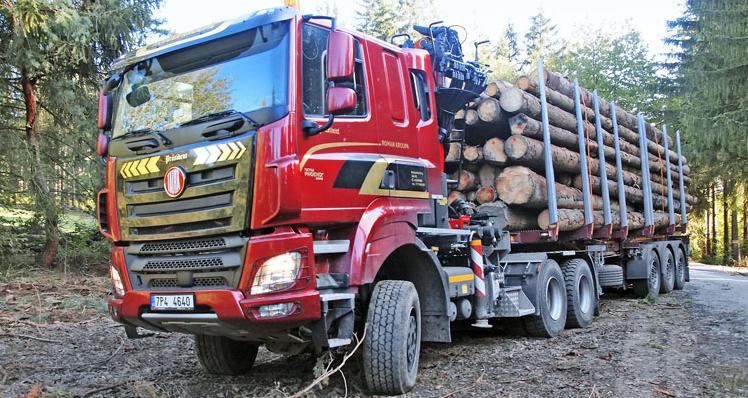 Plně naložená souprava vezla kolem 35 m3 vyschlého dřeva