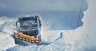 Údržba zasněžené vozovky vozidlem Volvo