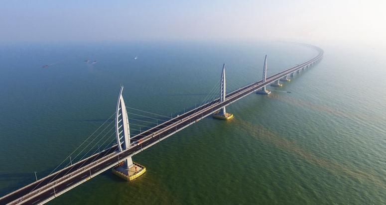 """Stavba zajišťující """"suché"""" spojení Hongkongu sMacaem je kombinací mostů, viaduktů, umělých ostrovů apodmořských tunelů."""