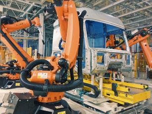 V nové továrně vyrábí kabiny 120 robtů