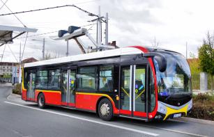Elektrobus NS 12 při rychlonabíjení