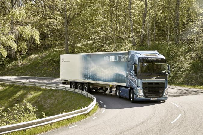 Stoupání, zatáčky, klesání nebo dálniční tahy, všude tam s velkou výhodou využijete nová vozidla Volvo FH.