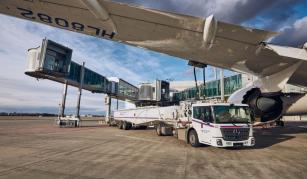 Plnění nádrží letadla na Letišti Praha