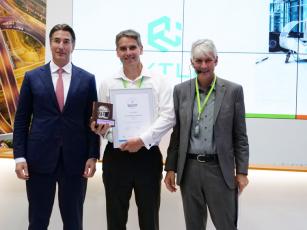 Dr. Arne Kruse (uprostřed) převzal za společnost RYTLE ocenění Eco Performance Award v kategorii Startupy od prof. Dr. Stölzleho (vpravo) a Marca van Kalleveena (vlevo). (Foto: DKV)