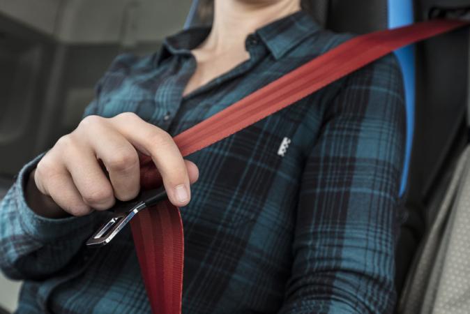 Vynález bezpečnostního pásu je podstatně starší než automobil sám. Ten tříbodový, jak ho známe dnes, však přivedlo na svět v roce 1959 švédské Volvo.
