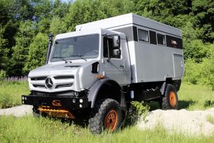 Unimog U 4023 v úpravě specialisty na off road expediční vozidla společnosti Hellgeth Engineering Spezialfahrzeugebau