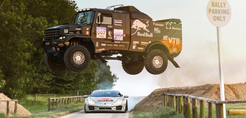 """Edouard Nikolajev s kamazem skáče přes cestu po níž upaluje Mika """"Mad"""" Whiddett s přestavěným Lamborghini Huracán alias specilem NIMBUS."""