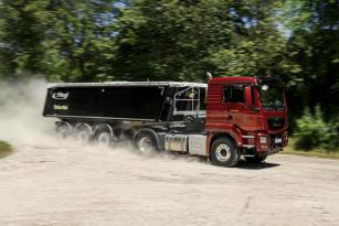 Nový motor MAN D15 (400 k/1800 N.m) si bez problému poradí i se stavební sourpavou o celkové hmotnosti 39 t.