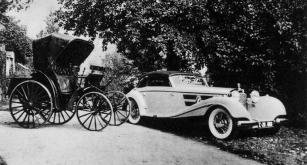 Vpravo Benz Victoria, kterou Theodor von Liebieg zakoupil roku 1893 a vpravo poslední výkřik techniky své doby a také poslední Mercedes páně Liebiega Merceddes-Benz 540 K z roku 1938.