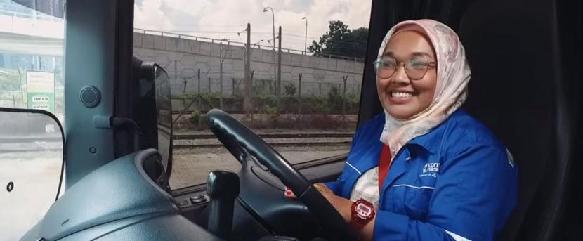Siti Rahimah Binti za volantem Scanie.